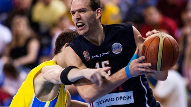 V PRVNÍM ZÁPASE čtvrtfinále play-off porazila Opava (ve žlutém) Děčín 76:71.