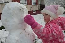 První sníh letošní zimy potěšil hlavně děti