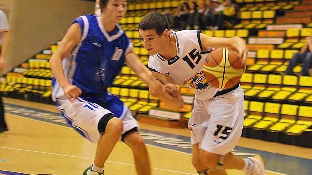 Děčínský Filip Kroutil (v bílém) v utkání U18 s Domažlicemi.