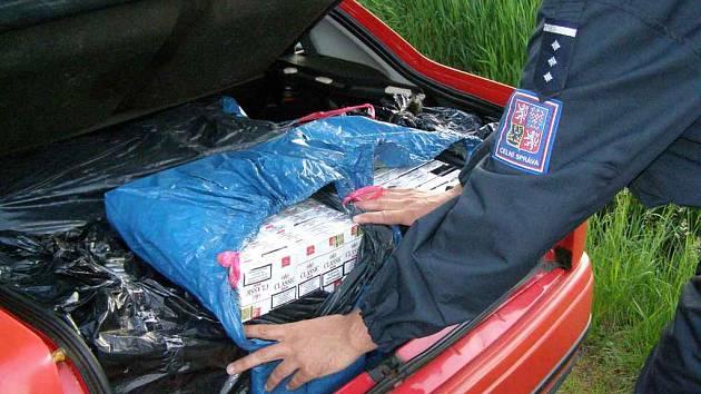 Celníci ve vozidle nalezli 99.998 ks cigaret značky Lider a Classic, které byly opatřeny ukrajinskými kolky.