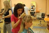 PŘIPRAVUJÍ SE. Učnice ze střední školy služeb a řemesel trénují na kadeřnickou show