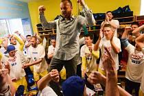 ZDENKO FRŤALA slaví se svými hráči postup do Synot ligy.