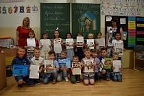 Prvňáci ze základní školy v Bezručově ulici v Děčíně si převzali vysvědčení.