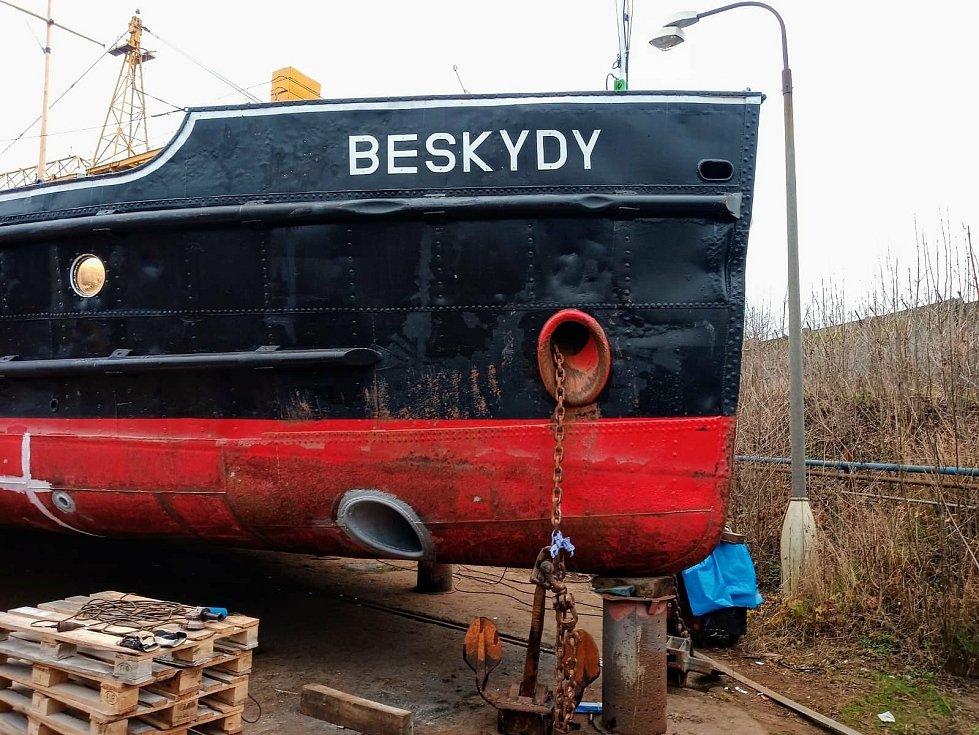 Remorkér Beskydy dostává dokormidlovací zařízení.