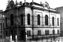 Židovskou synagogu zničili nacisté. Na místě po ní nakonec nezbylo vůbec nic. Dnes v těchto prostorách stojí Forum.