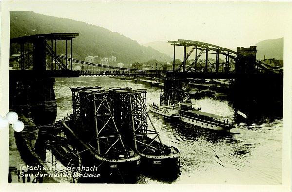 Vedle starého řetězového mostu postupně vyrůstá nový obloukový, který postavily plzeňské Škodovy závody.