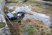 Auto sjelo v Jílovém do potoka.