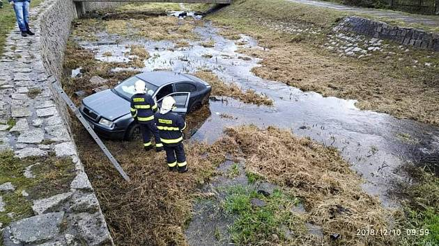 OBRAZEM: Nezvládl řízení a vyletěl se svou octavií do potoka