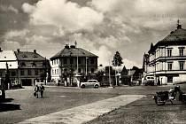 Náměstí v Chřibské prošlo v posledních desítkách let řadou proměn. Na snímku je náměstí v roce 1960.