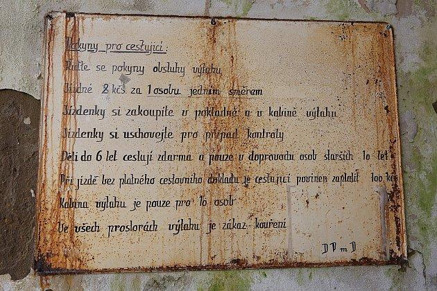 Zničený výtah ve skále vDěčíně na Pastýřskou stěnu.