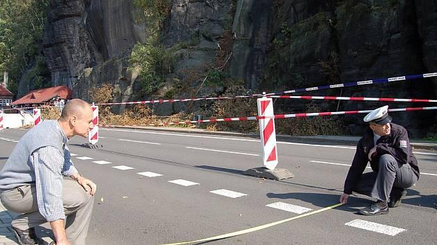 Bude se jezdit i po chodníku, za pískové lože a další stavby na vozovce pod hrozícími skalami musí silničáři zaplatit nejméně dva miliony korun.