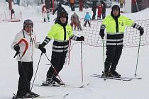 Policisté na lyžích dohlíží na bezpečnost lyžařů