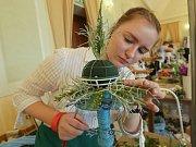 V rámci městských slavností probíhá na zámku v Děčíně soutěž v květinových vazbách na různá témata. Součástí je i výstava prací žáků škol, kteří se do soutěže přihlásili.