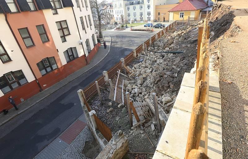 Pod zámeckou sýpkou v Děčíně se utrhla část zdi. Místo navštívil i primátor města.