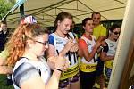 Poslední předstartovní  poznámky, mladí závodníci si je píšou třeba na ruku, zkušení matadoři si důležité informace ukládají do hlavy.