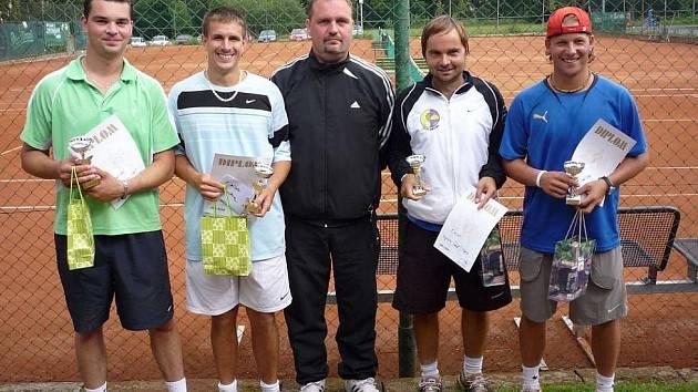 Na tenisových dvorcích ve Varnsdorfu se o uplynulém víkendu konal populární 30.ročník Memoriál Jaroslava Malinovského ve dvouhrách a čtyřhrách.