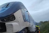 V Dolních Habarticích hořel vlak. Hasiči evakuovali 17 cestujících