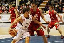 BOJOVALI. Děčínští basketbalisté (v bílém) Tomáš Pomikálek mají stříbro z ČP.