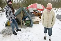 Bezdomovci Petr a Věra žijí poblíž Chabařovic pouze ve stanu. Každý z nich pobírá 2020 Kč sociální podporu. Za to ale sotva dojedou k doktorovi a zaplatí tam poplatky.