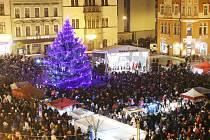 Na děčínském náměstí září vánoční strom.