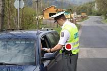 POLICISTÉ během pondělí hlídkovali a měřili na několika místech okresu: v Děčíně, Benešově nad Ploučnicí a Františkově nad Ploučnicí.