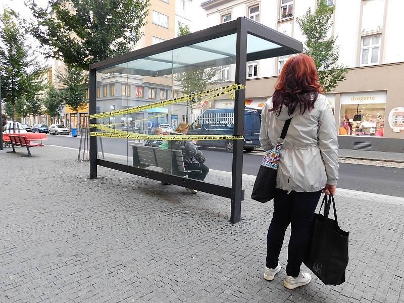 Na desítkách míst v Děčíně se v pondělí 27. září ráno objevila páska s nápisem Zabaveno Ano-fertem.