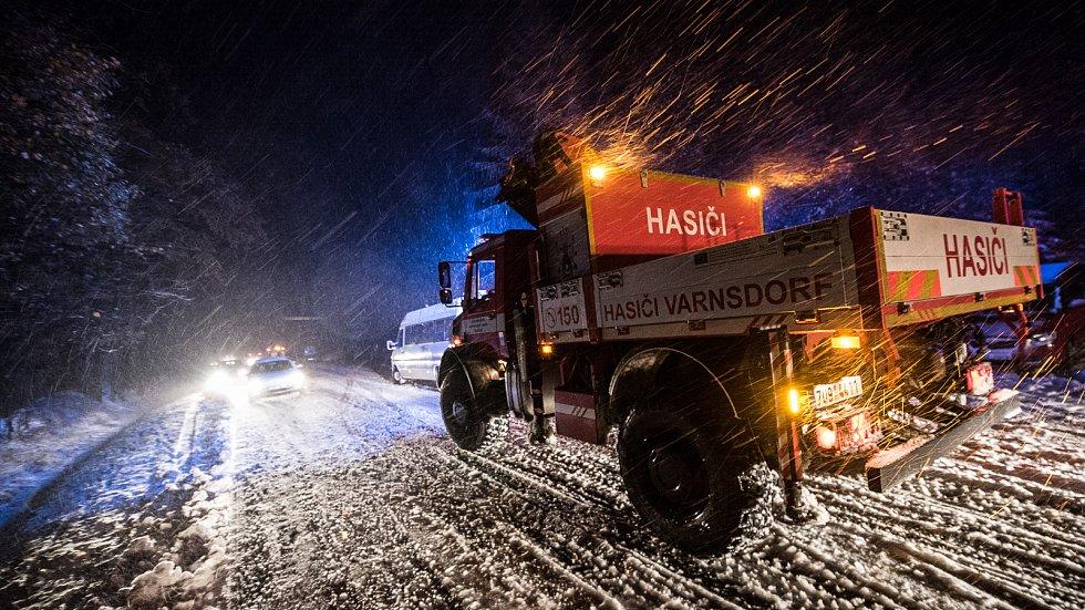 Sníh znepříjemnil cestu na mnoha místech.