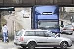 Kamion uvízl pod mostem v Děčíně.
