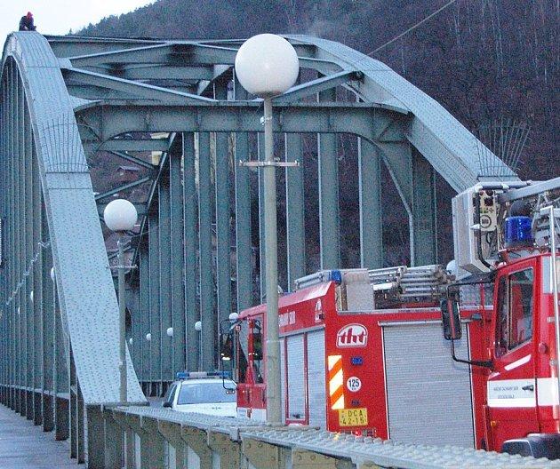 Na mostě strávil mladík skoro čtyři hodiny