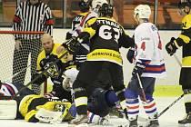 DĚČÍNŠTÍ HOKEJISTÉ sehráli doma proti Moravským Budějovicím čtvrtý zápas osmifinálové série.