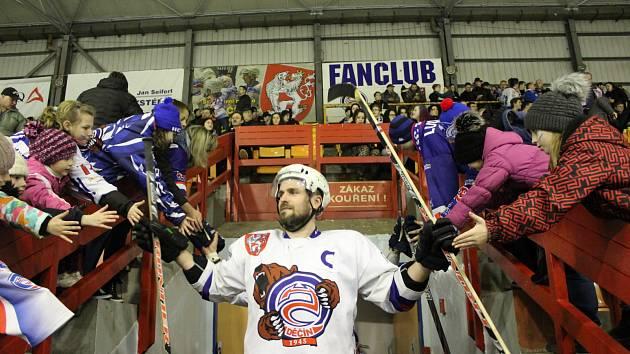 MICHAL OLIVERIUS se za jedenáct sezón stal velkým miláčkem děčínského hokejového publika. Takto si užíval nástup do utkání play-off proti Moravským Budějovicím. Zkušený útočník po této sezóně uzavřel svou bohatou kariéru.