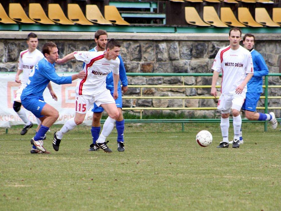 I PŘES velké úsilí a bojovnost Řezníci (v bílém) prohráli 0:2 s Vyšehradem.