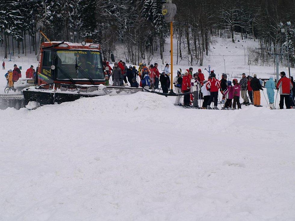 Doslova jako na pražském Václaváku to o uplynulém víkendu vypadalo na sjezdovce v Horním Podluží.