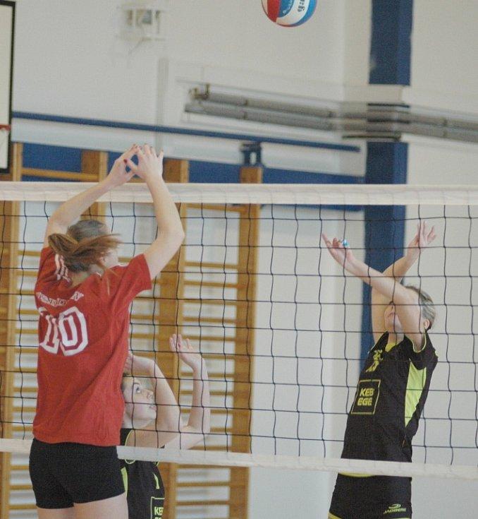 JSOU K NEZASTAVENÍ. Volejbalové juniorky doma hladce porazily Třebín.