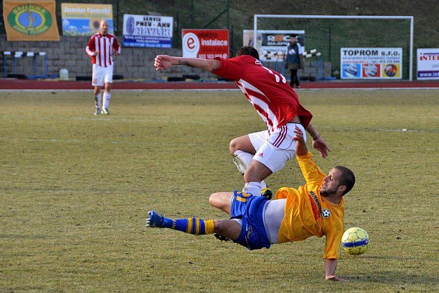 Fotbalisté Slovanu Varnsdorf (ve žlutém) remizovali s Vik. Žižkov 3:3