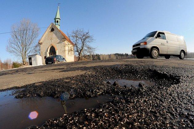 Děravé silnice na Šluknovsku.