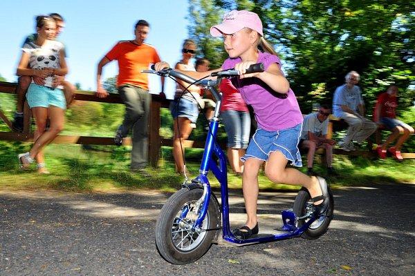 Spolek přátel Doubice uspořádal pro děti idospělé všech věkových kategorií koloběžkové závody na hrázi rybníka.
