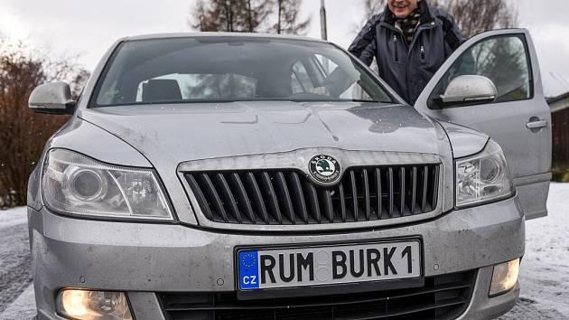 RUMBURK1. Starosta Rumburku Jaroslav Sykáček si na auto pořídil značku na míru.