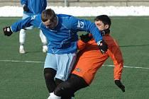 NADŘELI SE. Fotbalisté SK Stap Tratec Vilémov (v modrém) ve čtvrtém kole brankou z 87. minuty zlomili Březiny (v oranžovém) a stále tak vedou v turnaji.