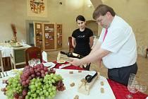 Žáci prvního až třetího ročníku oboru číšník – servírka z děčínské Střední školy řemesel a služeb Ruská v pátek začali připravovat tři slavnostní tabule. Každá má své téma