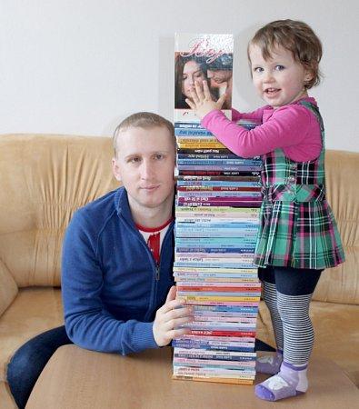 Luděk Stínil se všemi svými vydanými knížkami a starší dcerou Sofií.