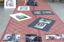 Výstavu v chrámu pomáhal instalovat také Pavel Zeman