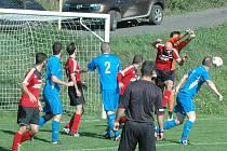 ŠLÁGR KOLA. Brná (v červeném) doma porazila Jílové 1:0.