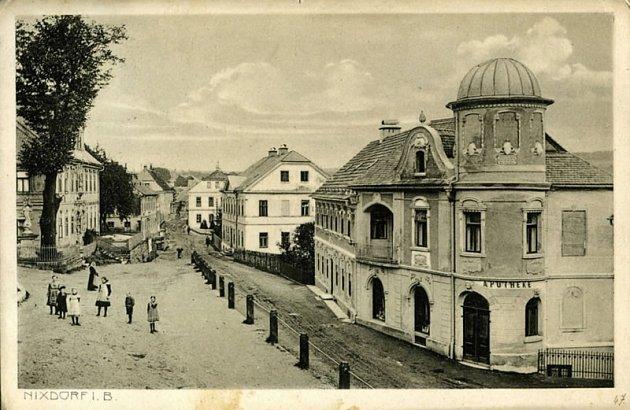 HVĚZDÁRNA. Mikulášovická hvězdárna vznikla vmístní lékárně již před první světovou válkou.