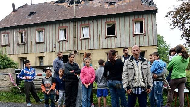 Obyvatelé domu, který v sobotu vyhořel.