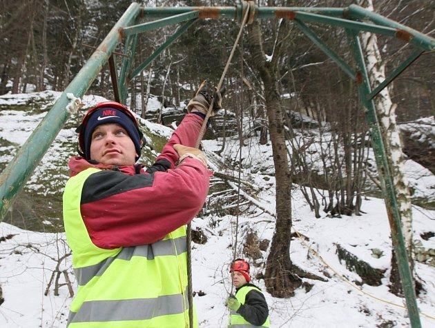 Pracovníci odborné firmy staví lanovku na přepravu materiálu ve Hřensku v úseku, kde začínájí padat kameny z pískovcových skal