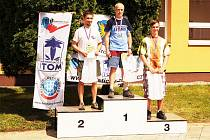 TŘI NEJRYCHLEJŠÍ borci závodu v Outdoor Runingu Českého poháru v Orlové. První místo vybojoval mikulášovický Tomáš Fúsek (uprostřed), druhý skončil brněnský Ondřej Šíp (vlevo) a bronzová příčka nakonec patřila Janu Blechovy (vpravo).