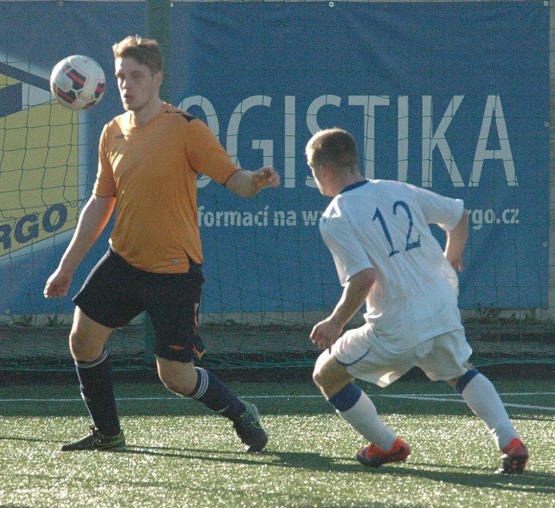 DERBY. Děčín (v bílém) prohrál s Jílovým na pokutové kopy.