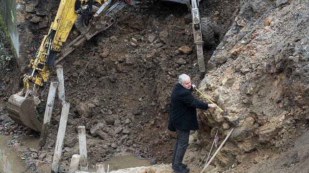 Ředitel Oblastního muzea Vlastimil v Děčíně Pažourek přeměřuje odhalené základy mostu.