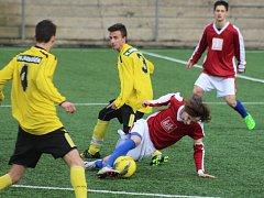 STARŠÍ DOROST FK Junior Děčín (ve žlutém) doma porazil Krupku 4:2. Herně to ale v utkání, kde Krupka kopala dvě penalty a dohrávala o devíti, tak slavné nebylo.